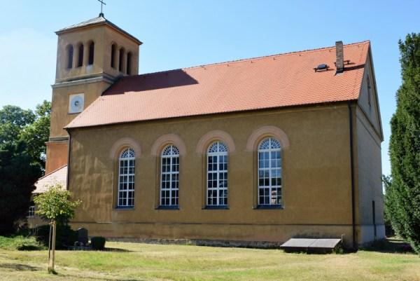 Bild der Schinkel Normalkirche Lütte nördlich von Bad Belzig im Landkreis Potsdam-Mittelmark in Brandenburg vom Friedhof aus gesehen