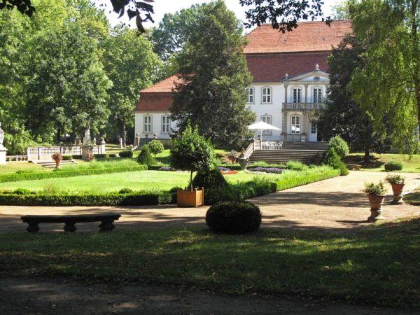 Schloss Wiepersdorf mit Park im Landkreis Teltow-Fläming, besucht bei einer Motorradtour zu Architektur und Musik in Brandenburg