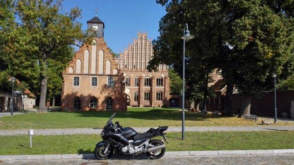 Kloster Zinna mit Museumsgebäude und Klosterbrennerei, besucht bei einer Motorradtour zu Architektur und Musik in Brandenburg