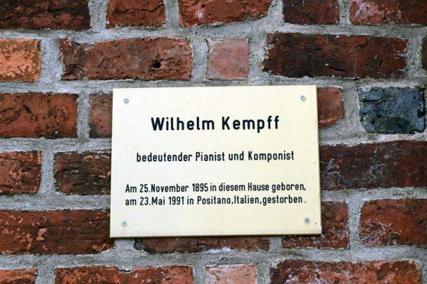 Schild am Geburtshaus des Pianisten und Komponisten Wilhelm Kempff in Jüterbog, besucht bei einer Motorradtour zu Architektur und Musik in Brandenburg