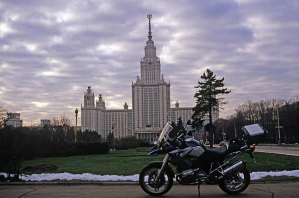 Vorweihnachtliche Erkundungstour in Moskau: Motorrad BMW R 1200 GS vor der Lomonossow Universität in Moskau im Winter