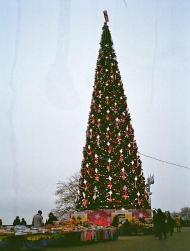 Weihnachtsbaum in Moskau mit Verkaufsständen davor
