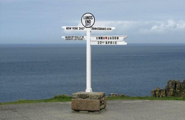 Entfernungsschilder in Land's End als Anregung, eine Motorradtour zu planen