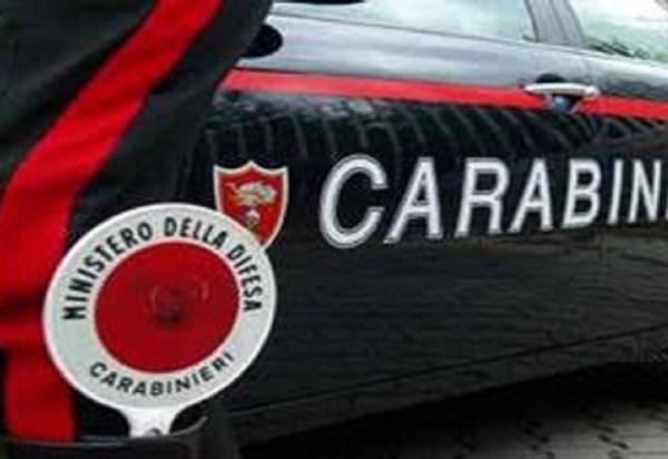 Carabinieri bei der Verkehrskontrolle mit einem Dienstwagen und einem Beamten mit der Winkerkelle im Stiefelschaft bei einer Motorradtour durch Umbrien