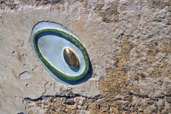 Olive in Keramik an einer Hausmauer als Wahrzeichen des Sabinerlandes, gesehen bei einer Motorradtour durch Umbrien