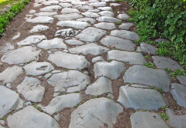 Motorradtour Toskana - Rom: Römische Konsularstrasse mit massiven Decksteinen in offener Landschaft in Latium