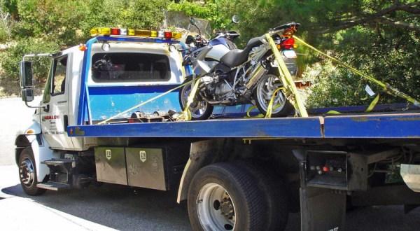 Verladung eines Motorrades BMW R 1200 GS auf einem Abschleppwagen in Kalifornien nach einer Motorradtour durch die Rocky Mountains