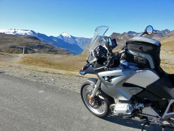 BMW R 1200 GS am Iséran mit Blick auf die Bergwelt dokumentiert die stete Lust auf Alpenpässe in Savoyen