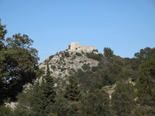Chateau La Castella in Frankreich auf einem hohen Felsen gelegen, gesehen bei einer Motorradtour durch Provence und Camargue
