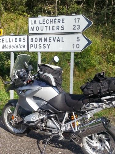 BMW R 1200 GS mit Verkehrsschildern am Col de la Madeleine in den französischen Westalpen