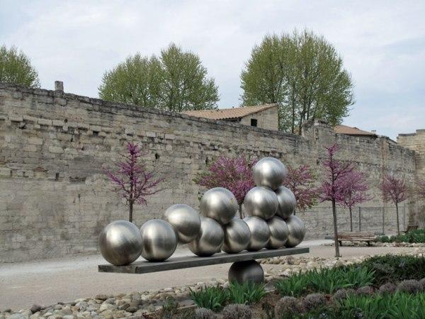 Stadtmauer von Avignon mit einer Plastik bestehend aus 13 Kugeln als Kunst am Bau
