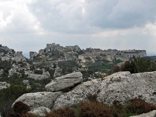 Les-Baux-de-Provence mit Felsbrocken