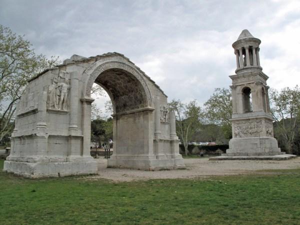 Römerstadt Glanum in Südfrankreich mit Triumphbogen und Mausoleum