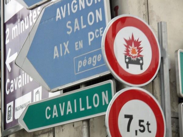Explodierendes Auto auf einem Verkehrsschild in Arles, Südfrankreich