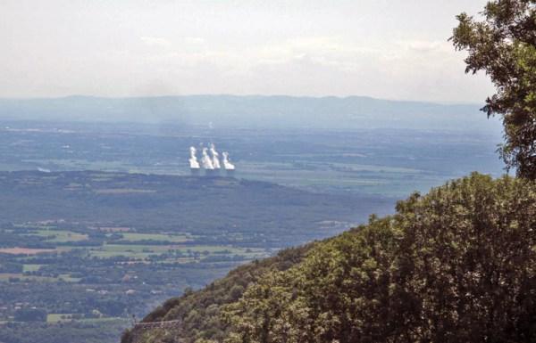 Panorama auf das Kernkraftwerk Bugey mit Dampffahnen aus vier 128 m hohen Kühltürmen