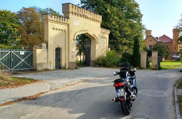 Zufahrt zum Schloss Petzow bei einer Motorradtour um den Schwielowsee