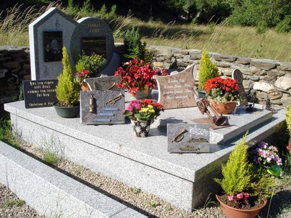 Grab des Trompetenvirtuosen Maurice André in St-André , besucht bei einer Motorradtour durch die Ardèche