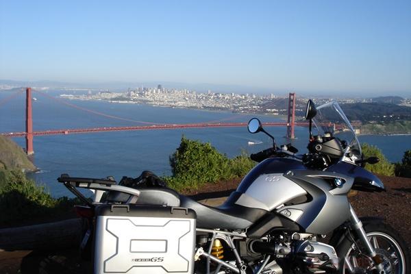 Motorradfahren mit Kindern auf dem Schulweg: Golden Gate Bridge mit San Francisco im Hintergrund und einem Motorrad BMW R 1200 GS im Vordergrund
