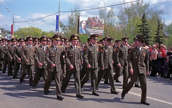 Maiparade in Sergijew Posad in Russland mit einer vorbeimarschierenden Truppe