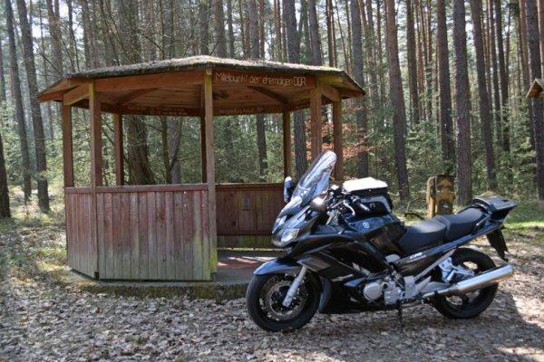 Geographischer Mittelpunkt der DDR bei Verlorenwasser in Brandenburg, besucht mit dem Motorrad