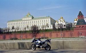 Bild eines Motorrades BMW R 1200 GS vor dem Kremlpalast in Moskau und der roten Kremlmauer im Mittelgrund