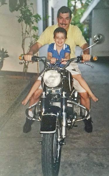 Motorradfahren mit Kindern: Mann und einem kleinen Jungen auf einem Motorrad BMW R 69 S als Beispiel für Motorradfahren mit Kindern