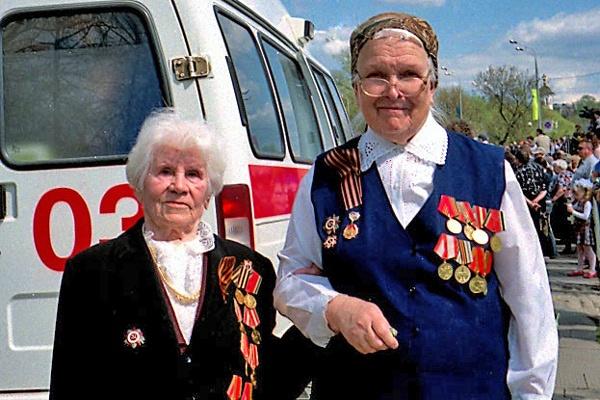 Veteraninnen in Sergijew Posad in Russland mit vollem Ordensschmuck am Tag des Sieges