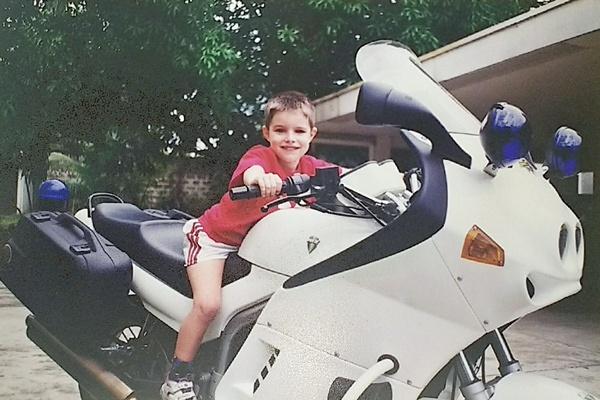 Motorradfahren mit Kindern: Kleiner Junge auf einem MZ-Polizeimotorrad als Beispiel für Motorradfahren mit Kindern