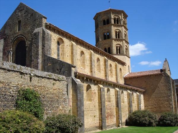 Ehemalige Prioratskirche Sainte-Trinité Anzy-le-Duc in Burgund mit Haupt- und Seitenschiff und oktogonalem Turm