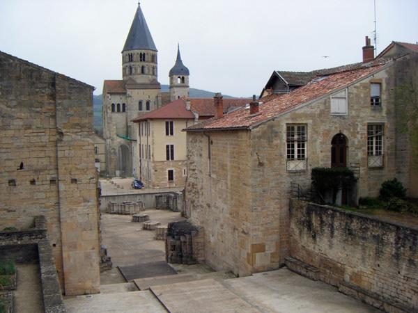 Überreste der Abtei Cluny, besucht bei einer Motorradtour durch Burgund