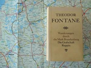Bild einer Landkarte zur Vorbereitung einer Motorradtour durch das Land Ruppin mit einer Buchausgabe von Theodor Fontane Wanderungen Ruppin