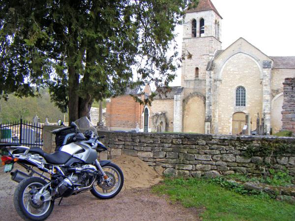 Ehemalige romanische Priorats-Kirche Notre-Dame-de-l'Assomption Lancharre (Burgund) mit einem Motorrad BMW R 1200 GS im Vordergrund, aufgenommen bei einer Motorradtour durch Burgund