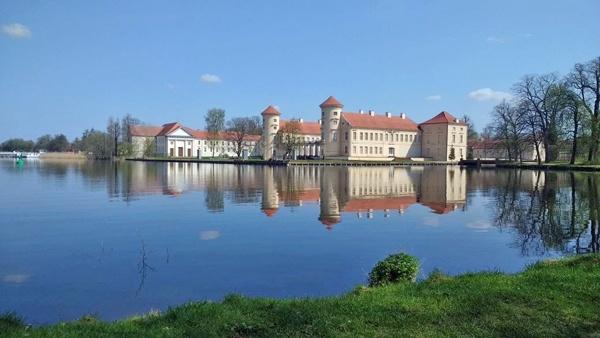 Schloss Rheinsberg, vom Park aus über den See gesehen bei einer Motorradtour im Land Ruppin