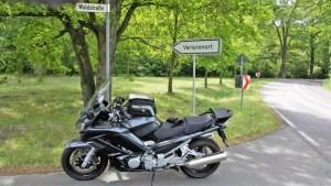 Bild vom Wegweiser nach Verlorenort mit einem dunkelgrauen Motorrad Yamaha FJR 1300 im Vordergrund