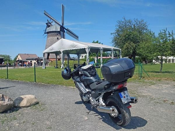 Holländermühle Straupitz im Spreewald mit einem schwarzgrauen Motorrad Yamaha FJR 1300 im Vordergrund