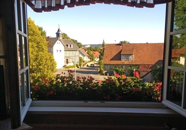 Blick aus einem Fenster auf dörfliche Idylle in Rödental/Oberfranken