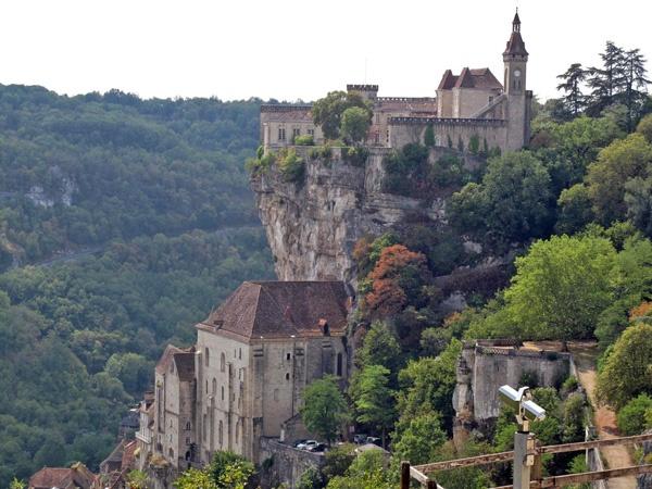 Schloss und Kirche Rocamadour auf steiler Felsenklippe im Département Lot in Südwestfrankreich