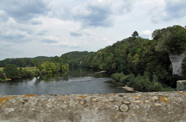 Fahrt über die Dordogne über eine alte Steinbrücke bei einer Motorradtour Südwestfrankreich Teil 1