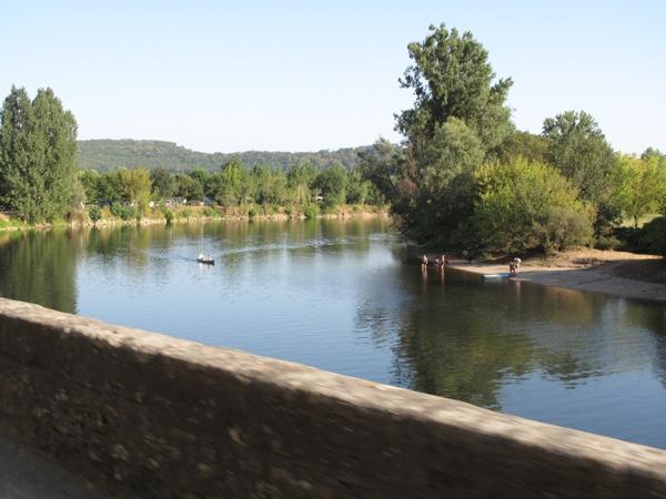 Uferstrasse entlang der Dordogne im Périgord Noir in Südwestfrankreich
