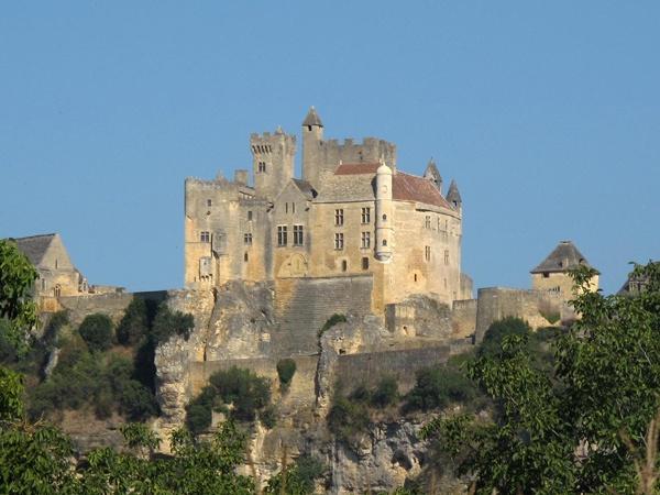 Schloss Beynac Perigord Noir Südwestfrankreich auf einem Felsen mit einem zinnenbesetzten Bergfrit