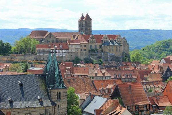 Mittelalterliche Romantik auf der Süd-Nord-Motorradstrecke durch Deutschland: Dom St. Servatii in Quedlinburg