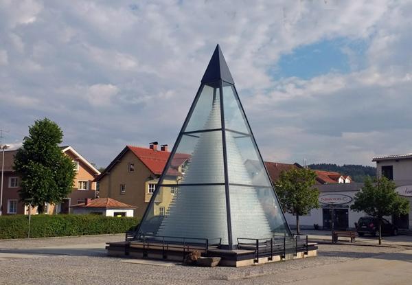 Gläserpyramide in Zwiesel im Bayerischen Wald mit 93.665 aufeinander gestapelten Weingläsern