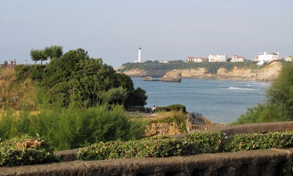 Seebad Biarritz bei einer Motorradtour Südwestfrankreich Teil 1 mit Meeresbucht und einem weissen Leuchtturm im Hintergrund