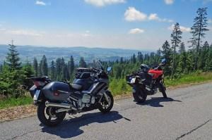 Bild einer roten Ducati Multistrada 1200 S und einer schwarzen Yamaha FJR 1300 am Dreisesselberg mit Panoramablick über den unteren Bayerischen Wald