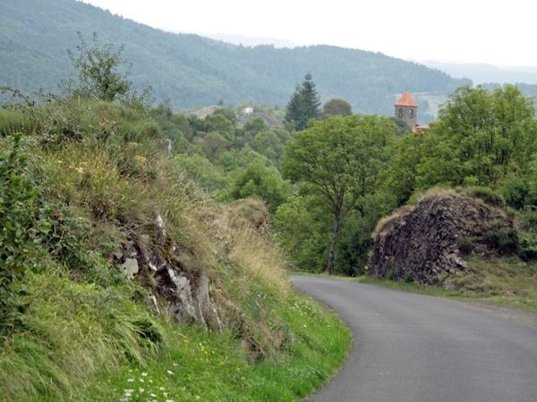 Kurvenstrecke im Allier in Zentralfrankreich