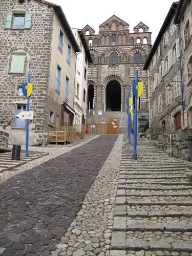 Altstadt von Puy-en-Velay mit Kathedrale und blau-gelben Fahnen, besucht auf einer Motorradtour Südwestfrankreich Teil 1