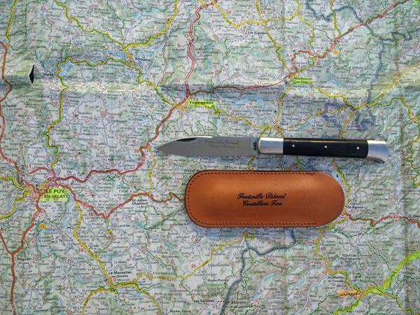 Yssingeaux-Messer mit Lederetui auf einer Landkarte der Auvergne mit dem Ort Yssingeaux, wo diese Messer hergestellt werden