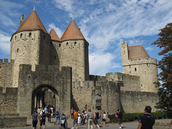 Doppelte Stadtmauer von Carcassonne mit Zinnen, Tor und Wehrtürmen, besucht bei einer Motorradtour Südwestfrankreich Teil 2