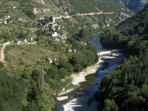 Gorges du Tarn mit Flusslauf und Talstrasse im französischen Département Aveyron bei einer Motorradtour Südwestfrankreich Teil 2