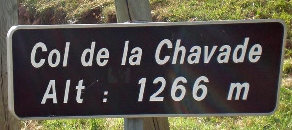 Dunkelbraunes Strassenschild der Passhöhe des Col de la Chavade in den französischen Cevennen mit einer Höhenangabe von 1.266 m